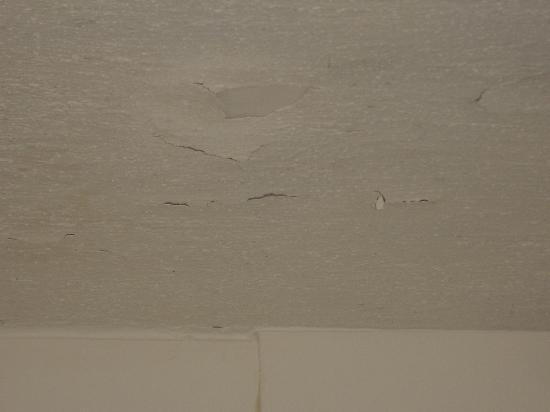 Clarion Inn & Suites: The Ceiling Above the Shower