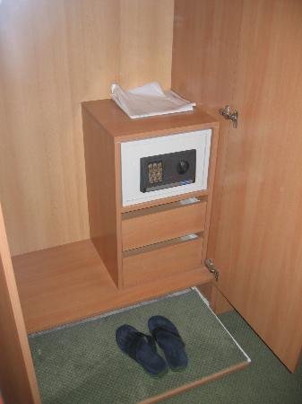 Hotel Meteor: Nice shoe shelf and in room safe