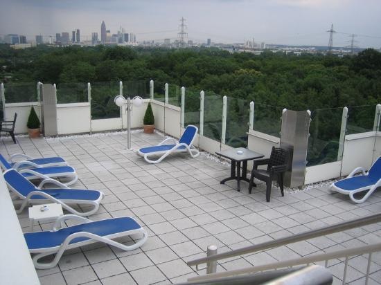 An pool angegliederte dachterrasse bild von h4 hotel frankfurt messe frankfurt am main - Pool frankfurt ...