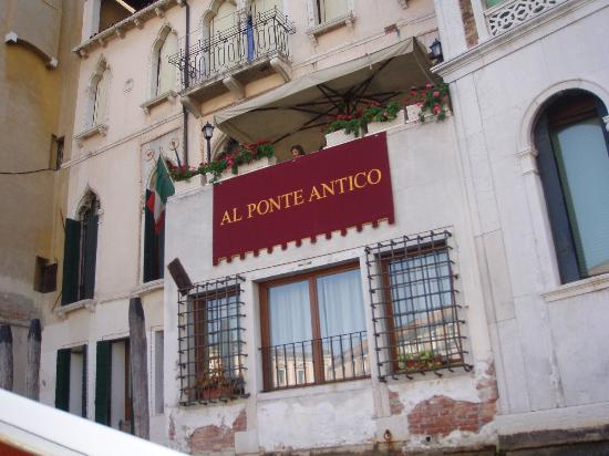 Al Ponte Antico Hotel: Leaving the hotel by water taxi