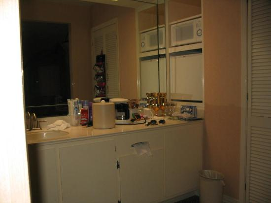 Candy Cane Inn: Vanity/Kitchenette area
