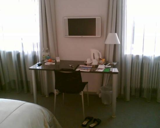 Hotel Le Terminus: Desk and flat tv screen