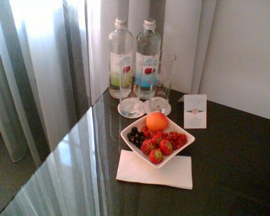 Hotel Le Terminus: Complimentary water and fresh fruit