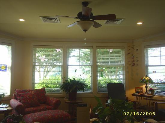 Lookout Point Lakeside Inn: Sunroom