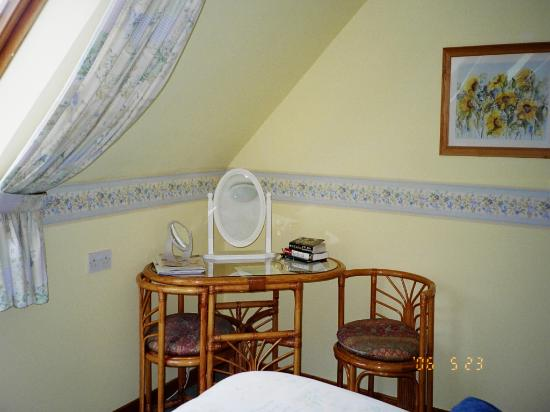 Heatherdale Bed & Breakfast: a handy table and chair set