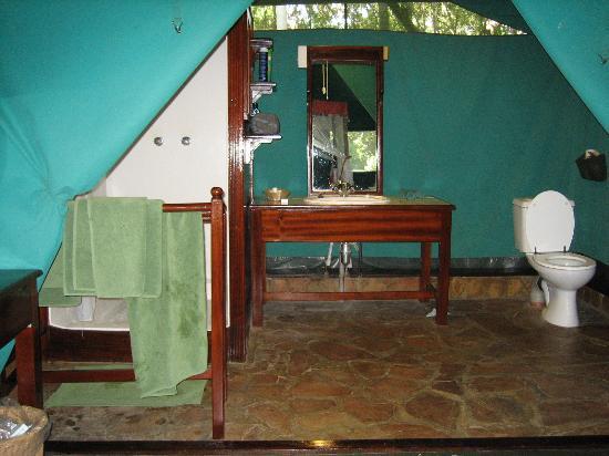 Fairmont Mara Safari Club: Full washroom inside tent