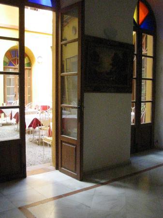 Hotel Mezquita: Looking into the breakfast room