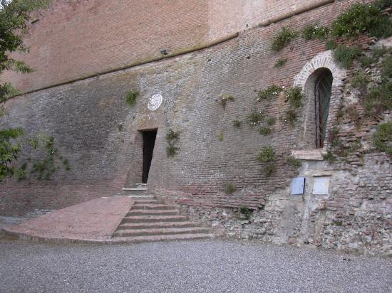 La Locanda del Castello: Back entry to Castle