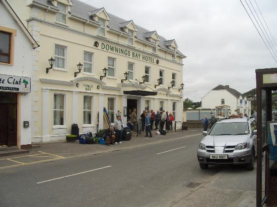 Downings Bay Hotel: Front view of hotel