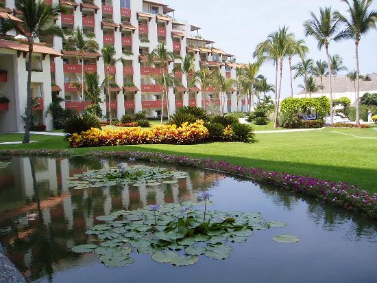 Grand Velas Riviera Nayarit: pond outside rear lobby