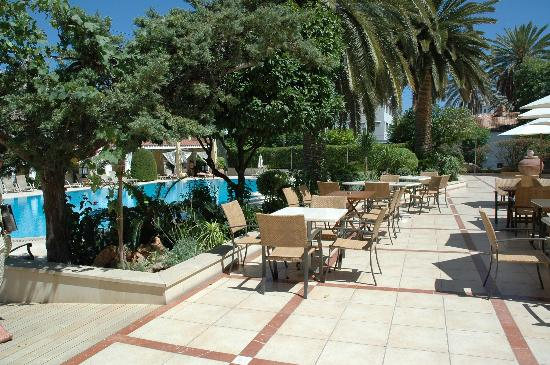 Curium Palace Hotel: Poolside restaurant