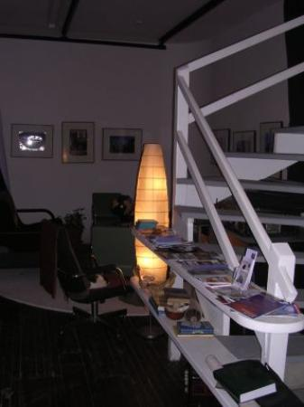 Ray's Bucktown Bed and Breakfast: living room area.. stairs that lead to the top rooms