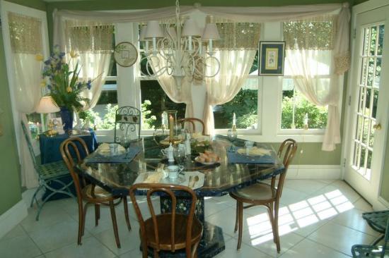 Angel Welcome Bed and Breakfast: Breakfast room