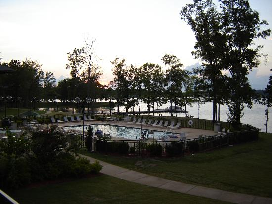 Pickwick Dam, Теннесси: Outdoor Pool at Pickwick Landing State Park Inn