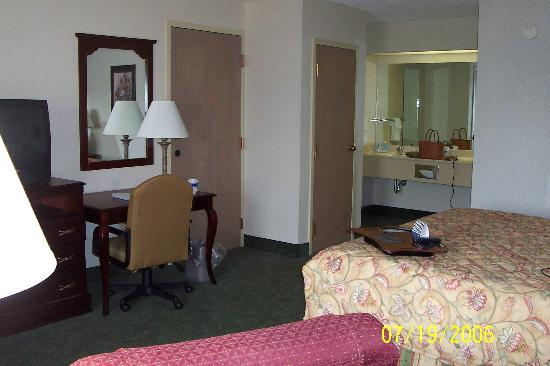 Quality Inn Paris/Ky Lake Area: Room from another angle