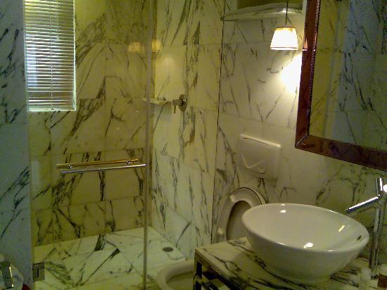 J Plus Hotel by YOO: The bathroom