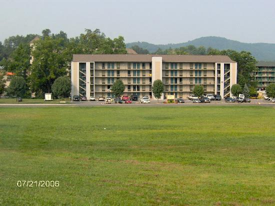 Twin Mountain Inn & Suites: View of motel coming from Boyds Bears