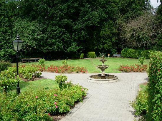 Castle Oaks House Hotel: Hotel gardens