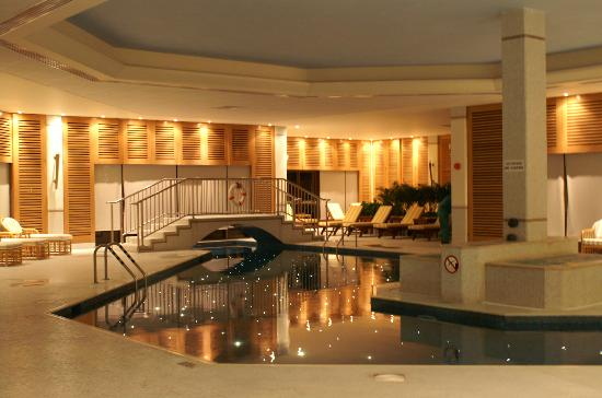 Four Seasons Hotel: indoor pool