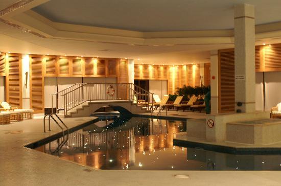 Four Seasons Hotel : indoor pool