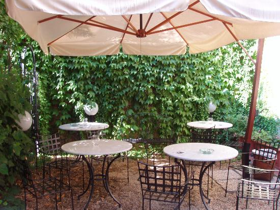 Hotel Caravaggio: Patio at the back of the hotel