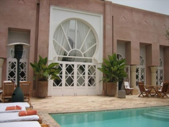 Riad des Golfs: View from sunbed to hotel