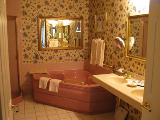 Bavarian Inn: Jacuzzi in Garden View Luxury Room