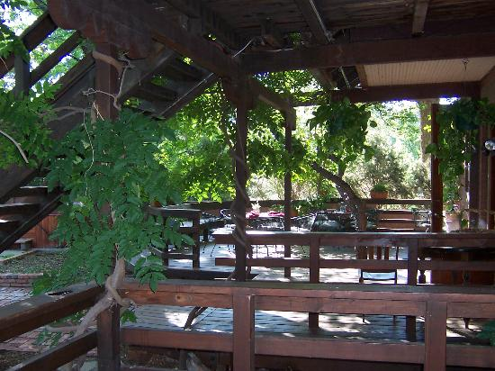 Alexander's Inn : Outdoor eating area (view from Rose Room deck)