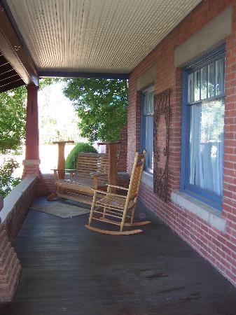 Alexander's Inn: Front porch