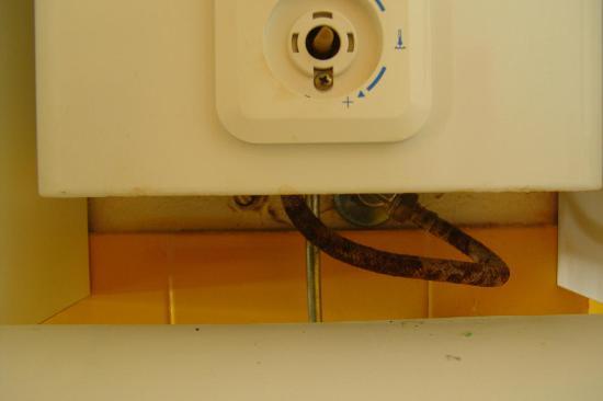 Roca Verde Apartments: Wärmeregler entfernt - nur angewärmtes Wasser in der Dusche - Technik verrottet