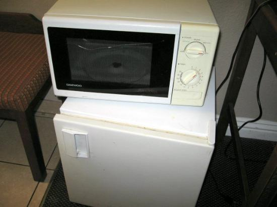 Legacy Inn and Suites: microwave