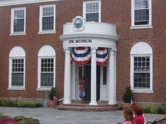 SeaCoast Inn: JFK museum (2 mins walk)