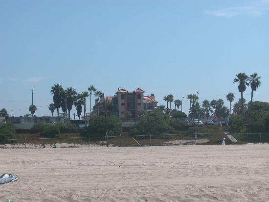 Huntington Beach Inn: view of hotel from the beach