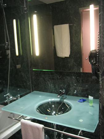 https://media-cdn.tripadvisor.com/media/photo-s/00/16/2b/8a/il-lavandino-in-bagno.jpg