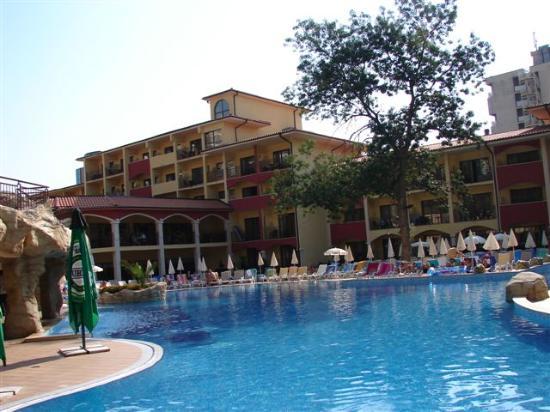 Grifid Hotels Club Hotel Bolero: lower pool at 9h30