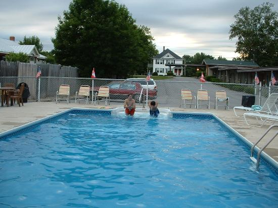 Biddeford Motel: Pool and distance from Route 1