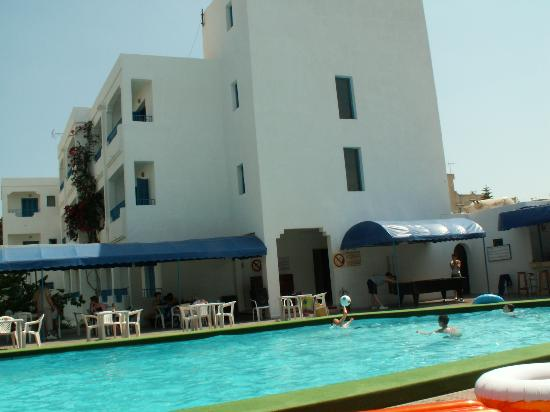 Hotel Les Citronniers: Pool and main block