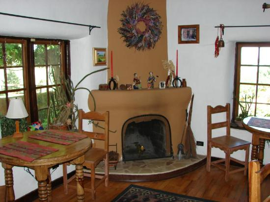Old Taos Guesthouse B&B: Breakfast Room Fireplace