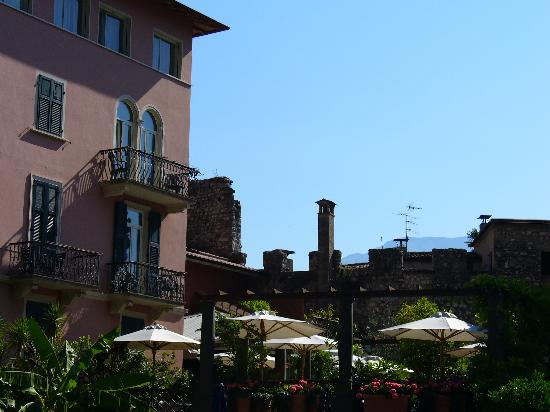 Hotel Villa Miravalle: View from pool to hotel and terrace.
