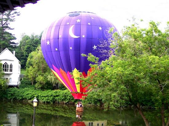 ‪‪Parker House Inn and Restaurant‬: Balloon lift-off during breakfast on the dinning porch‬
