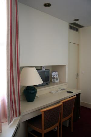 Kyriad Paris 10 - Gare De L'Est : One of the double rooms - tv and desk space