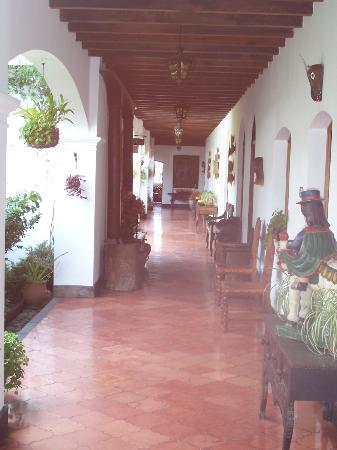 Santo Tomas Hotel: Hallway with antiques