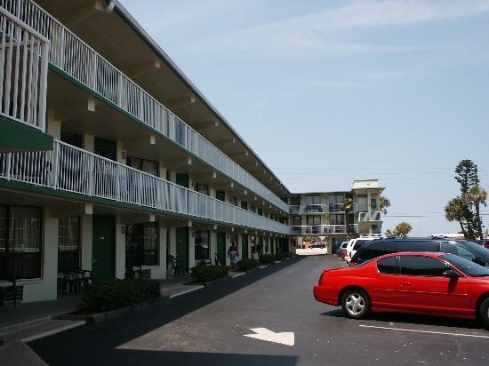 Atlantic Ocean Palm Inn : View from the sundeck facing toward Atlantic Avenue