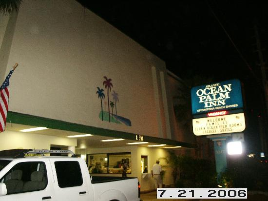Atlantic Ocean Palm Inn : Front of motel at night