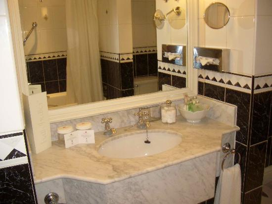 The Balmoral Hotel: Bathroom