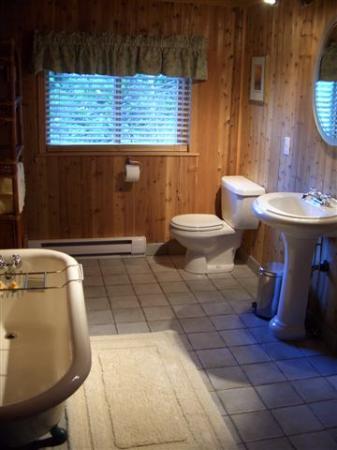 Florencia Bay Hideaway: luxurious Victorian bathroom