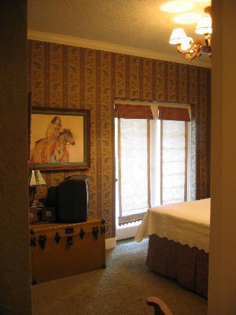 La Casita Del Sol: Ralph Dundee Room (shows sliding doors to courtyard).