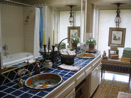 La Casita Del Sol: Detached bathroom to Ralph Dundee room.