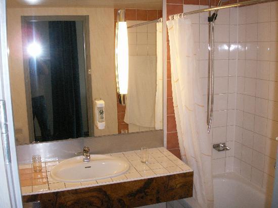 Bathroom picture of best western plus hotel waterfront for Best western bathrooms