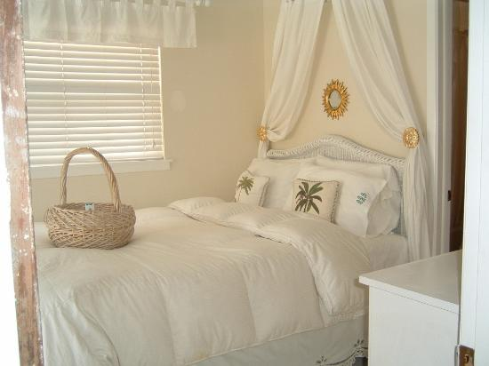 Bungalow Beach Resort: Larger bedroom